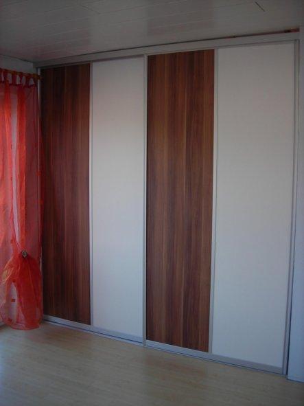 Hinter dieser Schiebetüre verbirgt sich unser neuer begehbarer Kleiderschrank. Vor der Renovierung war hier unser Büro.