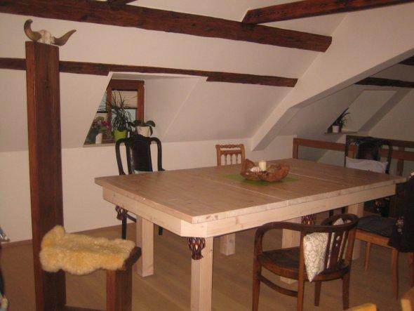 unser Esstisch=Billardtisch mit grüner Platte in der Mitte!