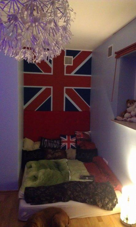 die Nische mit dem Bett haben wir mit einer Spannplatte bezogen mit rotem Samtstoff als Bettkopf versehen, darüber haben wir eine englandflagge an die