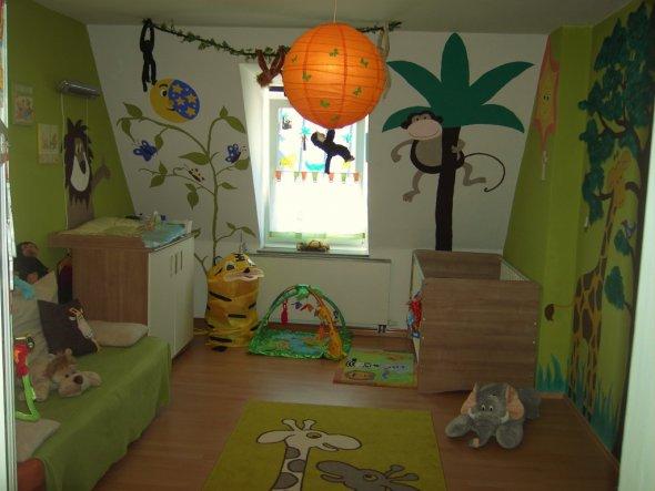 Es schaut nur so aufgeräumt aus weil sich die Spielsachen alle bei uns im Wohnzimmer befinden:-)