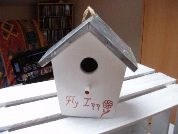 Dieses Vogelhäuschen habe ich letzte Woche im Baumarkt für ´nen Euro ergattert. Es hatte leichte Kratzer im Lack. Habe es neu lackiert und dann versuc