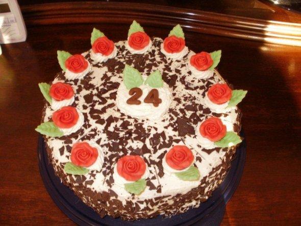 Habe heute eine Schwarzwälder Kirschtorte für meine zukünftige Schwägerin als Überraschungstorte zum Geburtstag gemacht. Ein echtes Opfer :-) Ich back