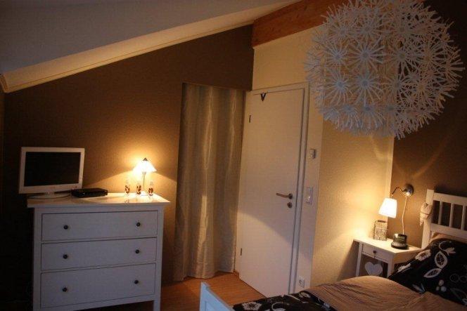 """Hinter dem Vorhang ist nun ein begehbarer Kleiderschrank :-) FREU!!!! Mein mann hat """"einfach"""" eine Trockenbauwand eingezogen"""