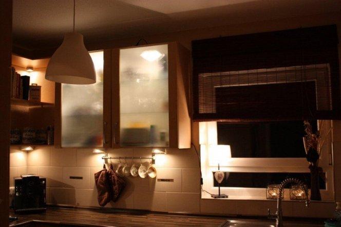 Mit einer neuen Lampe und neuen Teelichthaltern die Fensterbank umdekoriert