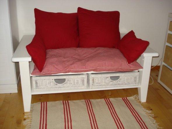 Diese kleine Couch haben wir aus einem Wohnzimmertisch gemacht, dank einem Tip von einer ZS Teilnehmerin.