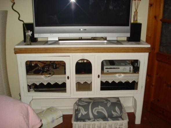 Auf diesem alten Schränkchen steht unser Fernseher