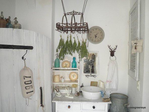Den alten Wasserauslass haben wir durch einen alten Waschtisch mit Marmorplatte ergänzt. An der Kräuterkrone werden die GArtenkräuter für den Winter g