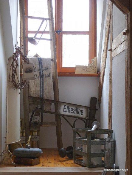 """Heute haben wir den """"toten Raum"""" über der Treppe neu dekoriert. Dort hat mein neues Straßenschild einen Platz gefunden."""