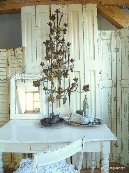Dieser antike Kirchenleuchter ist nun im Gästezimmer eingezogen