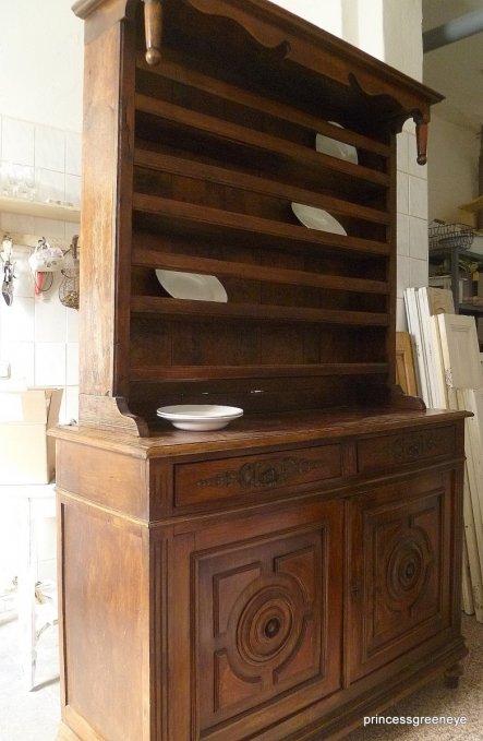 Dieser antike Schrank mit Telleraufsatz wird nach der Bearbeitung in unser Wohnzimmer ziehen
