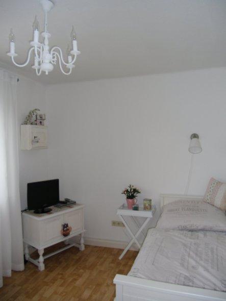 Mein Schlafzimmer ist leider nicht allzu groß. Daher habe ich beim Renovieren darauf geachtet, dass es diesmal Platzsparend eingerichtet wird.