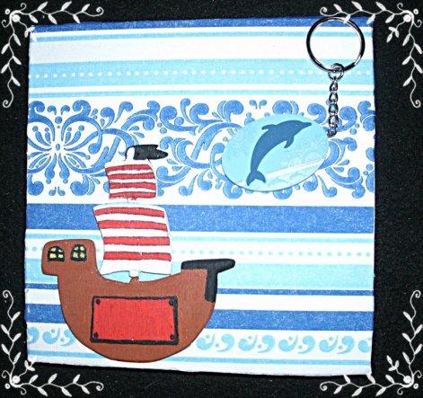 Piratenschiff und Delphinanhänger werden noch mit einem kleinen Nagel befestigt
