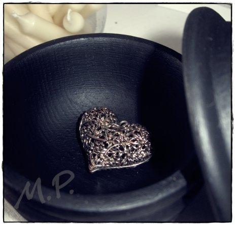 Eine Holzdose, die niemand mehr haben wollte, schwarz lackiert ist sie nun mein Liebling.