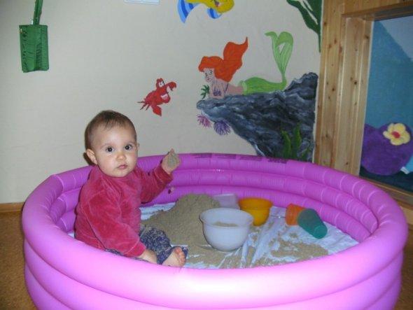 """Bei schlechtem Wetter bekommt sie ihren """"Poolsandkasten"""" ins Zimmer. Deshalb gibts hier auch noch keinen Teppich... ;)"""