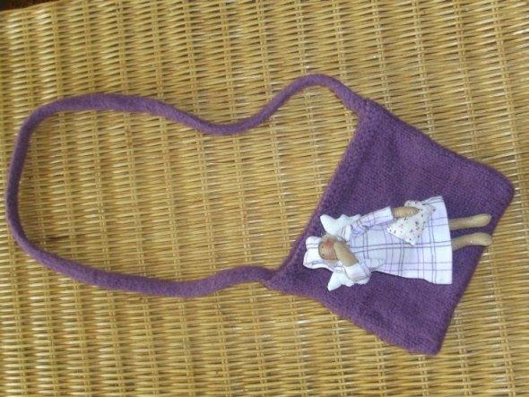 """Inzwischen gibts einige dieser """"Krims-Krams-Handtaschen für meine Tochter... An jede hab ich irgendwas drangehängt. An dieser baumelt jetzt ein M"""