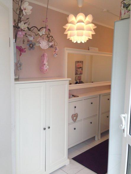 Hier ist der Eingangsbereich. Man sieht direkt auf die rosafarbene Wand und meine selbstgebastelte Hängedeko :-D
