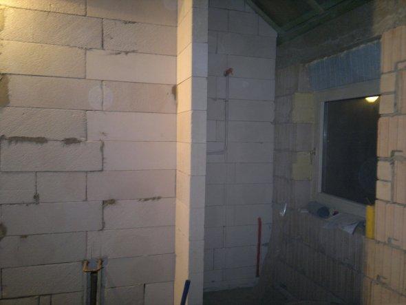 Hier soll rechts die Dusche hin und links Waschtisch und Spiegel