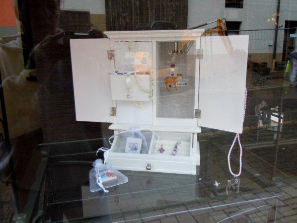 Schaufenster im Haus der Schönheit  ein Taschenbaumler Rehlein handgefertigt mit Kristall