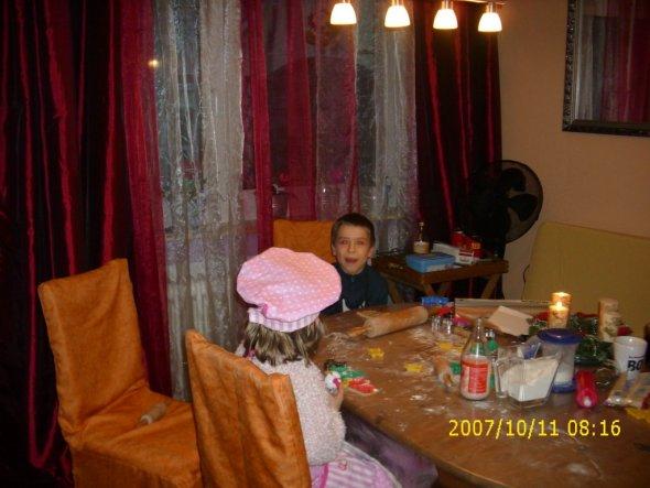 Normal ist auf dem Tisch gleichfarbige Tischdecke wie die Hussen von den Stühlen. Diese wurde zum backen abgemacht.