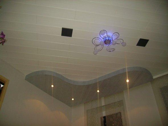 Eckbeleuchtung kann man mit fernbedinung einschalten, und in der Mitte geht 2 Farbig Weiss(normales Licht) und Blau.