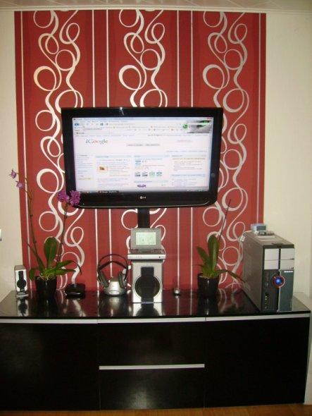 Fernseher ist mit PC verbunden wir nutzen als Monitor und TV. Praktisch! Unten ist Lowboard in schwarz Hochglanz.