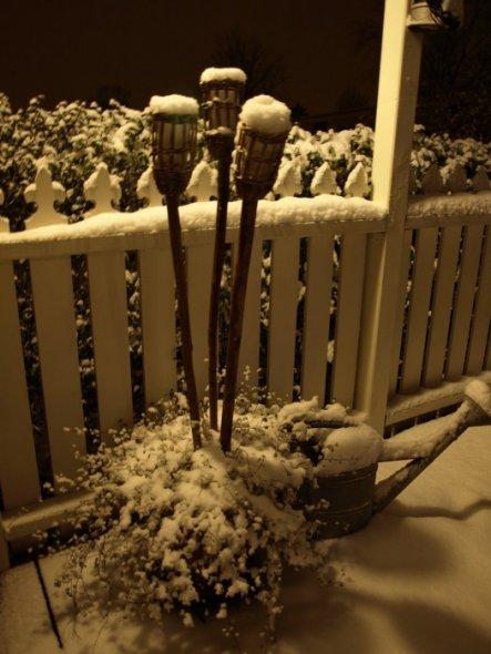 Selbst die Teelichter sind mit Schnee bedeckt