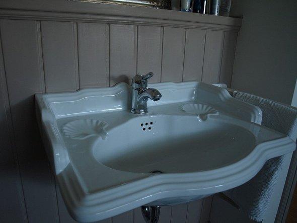 ein wirklich antikes Waschbecken, danach habe ich lange suchen müssen