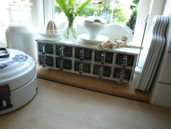 Dieses reizende Gewürzkästchen ziert meine Küchenfensterbank.