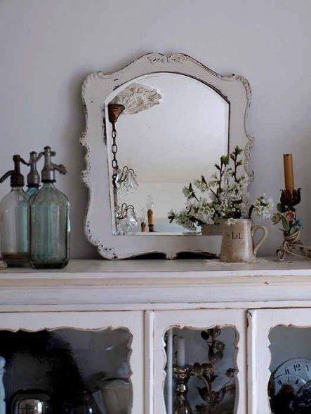 Ich liebe alte Spiegel. Am schönsten sind sie wenn sie schon Alterflecken haben und halb blind sind.