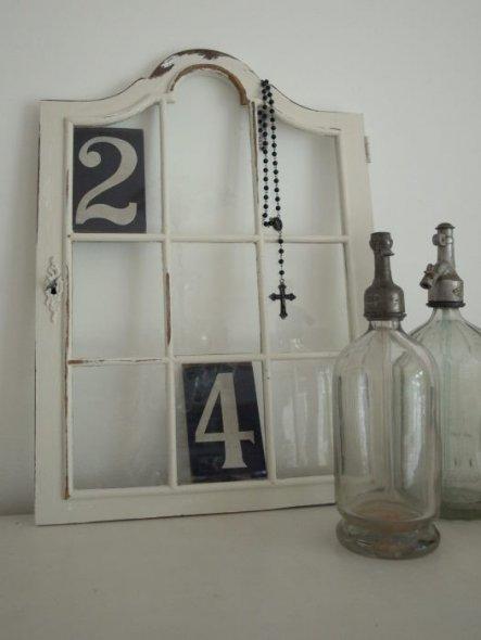 17.05.2011  Meine neue Deko. Tür einer alten Vitrine mit Rosenkranz, Sodaflaschen und Holzzahlen finde ich sie einfach nur super.