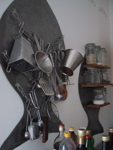 Selbst entworfene und gebaute Fische aus Metall. Hier werden meine Küchenhelfer und Vorratsgläser aufbewahrt
