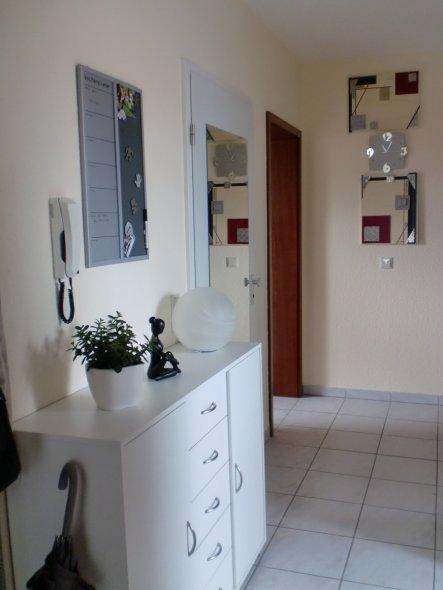Die kleine Kommode bietet ausreichend Stauraum für Schuhe und hinter der Tür mit dem aufgesetzten Spiegel verbirgt sich ein Vorratsschrank, bei dem de