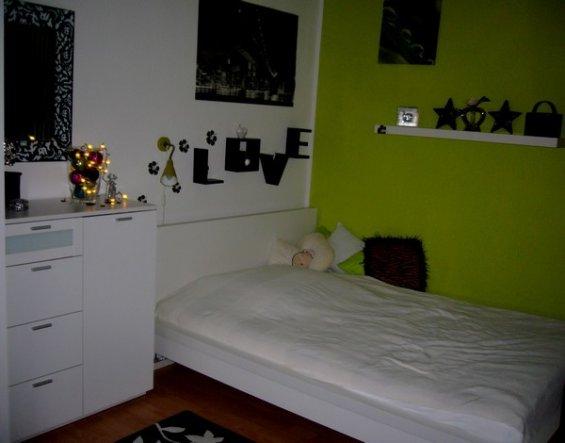 Nachher: neues Bett neues Wandtatto neue Deko auf dem Regal