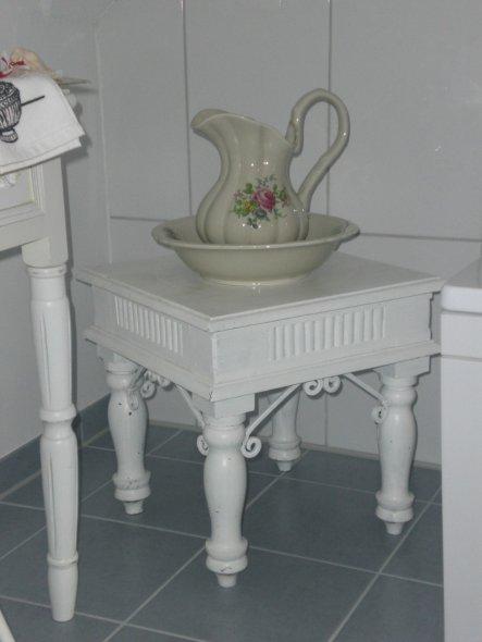 Den restaurierten Bali-Shabby-Tisch habe ich zur Einweihungsfeier bekommen. Der Waschkrug und die passende Schüssel sind vintage.
