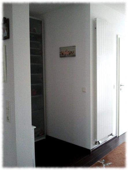 Hier in der kleinen Nische steht unser Telefontischchen und meine kleine Schatzkammer für unsere Schuhsammlung ;-)