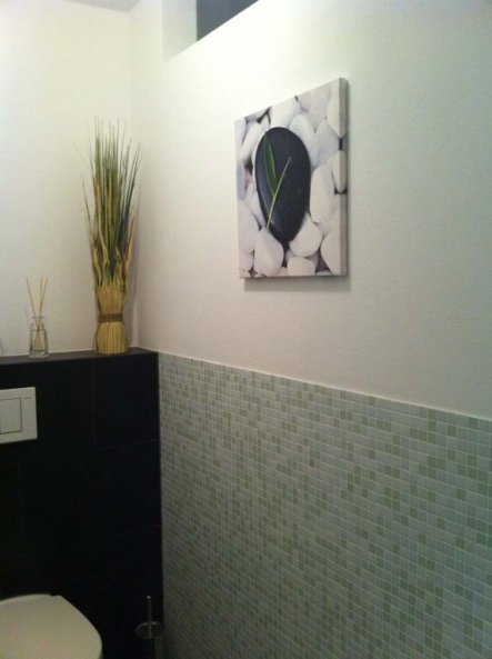 """Das WC ist ein """"innenliegender"""" - eigentlich fensterloser Raum. Es wird über eine mit dem Licht gekoppelte, zeitgesteuerte Lüftung  b"""