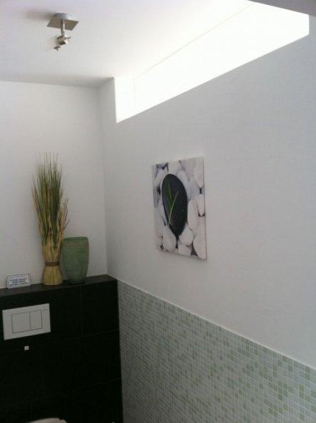Das Lichtband oder Oberlicht (fixverglast). Das WC ist also nie stockdunkel.