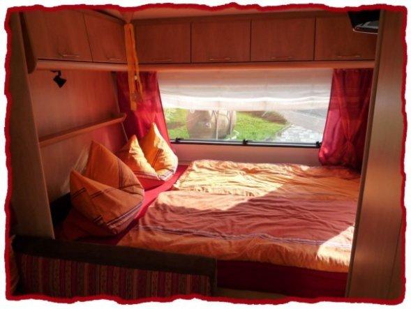 Das Französische Bett befindet sich im vorderen Teil des Wohnwagens. Das schöne ist, man hat einen festen Schlafplatz und muß nicht ständig umbauen.