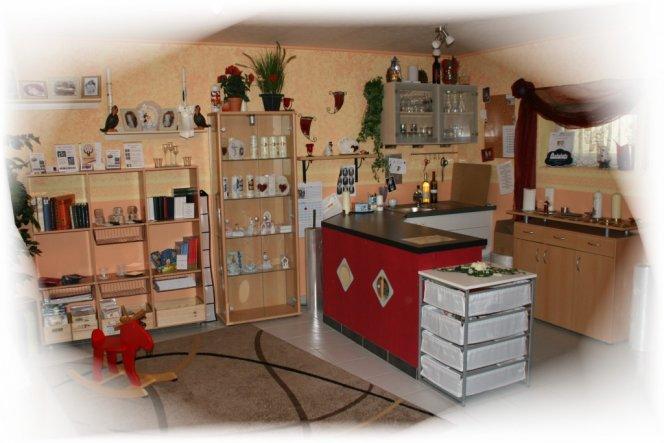 Raum Teil 1 In der Virtine stehen immer die fertigen, bestellten Kerzen, welche darauf warten verschickt oder abgeholt zu werden. Das Re