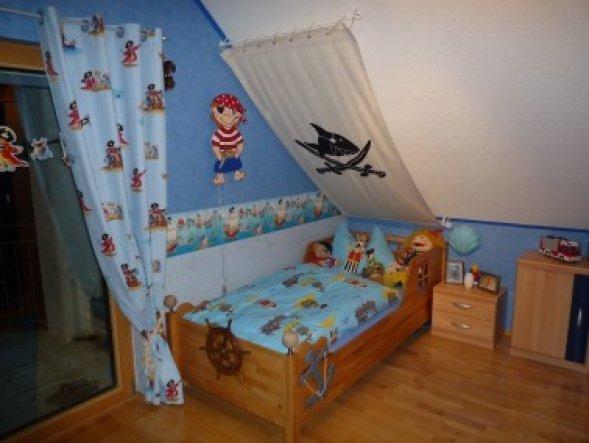 Sooo, neue Bordüre an der Wand...neue Vorhänge am Fenster und ENDLICH das Segel über dem Bett (mal wieder alles selber gemacht...puhhh und das musste