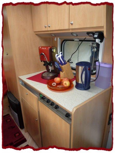 Unsere Küche, wobei sie nur als Ablage dient...gekocht wird im Vorzelt.