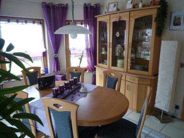 Der Eßzimmerschrank soll auch in absehbarer Zeit verkauft werden und gegen ein Highboard ausgetauscht werden. Dahinter kommt dann auch die Kreisetapet