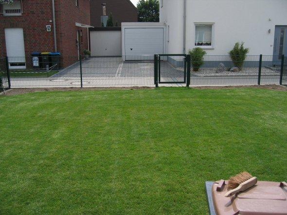 """Da war unser Garten noch """"nackig"""". Aber immerhin schon mit Zaun. :-)"""