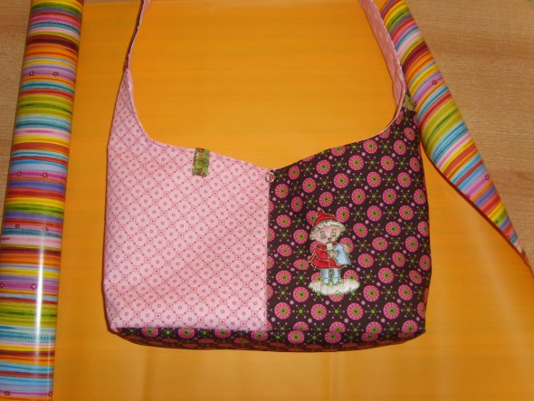 Diese Tasche habe ich in letzter Minute für mein Patenkind gemacht. Eigentlich wollte ich nur die Umrisse des Sandmännchens aufsticken, das sah aber t
