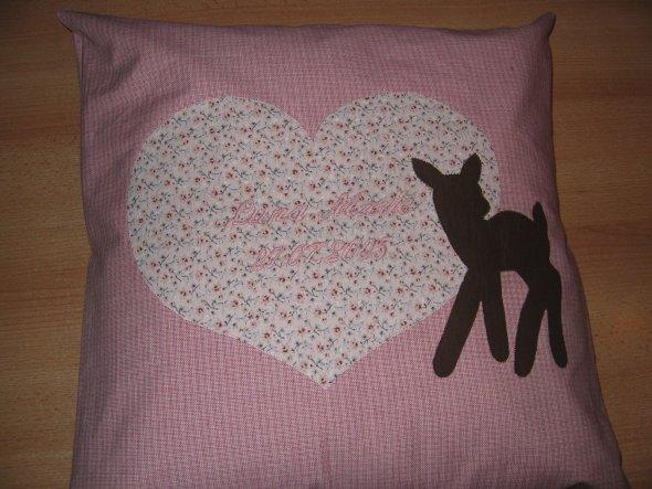 Dieses Kissen habe ich für meine Tochter gemacht. Auf das Herz habe ich (leider in einem hellen rosaton) den Namen und das Geburtsdatum gestickt. Werd