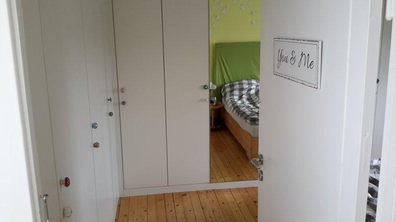 Blick ins Schlafzimmer. Es ist nicht besonders groß, aber doch ziemlich gemütlich. Wir haben an zwei Wanden einen großen eingebauten Kleidersch