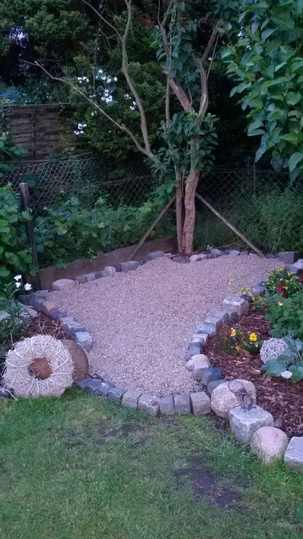 Eine weitere kleine Terrasse mit Kies gestaltet. Vor kurzem lag hier noch Gerümpel.