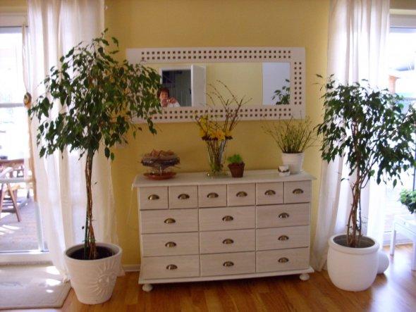 Sidebord zwischen Eßbereich und Wohnbereich mit weißer Wandfarbe gestrichen