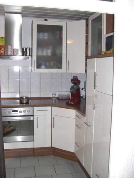 Ein Blick vom Esszimmer in die Küche. Da sie so klein ist haben wir uns gegen die Tür entschieden.