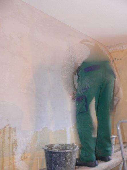 um überhaupt die Wand mit irgendwas zu bearbeiten musste sie erst verspachtelt werden.